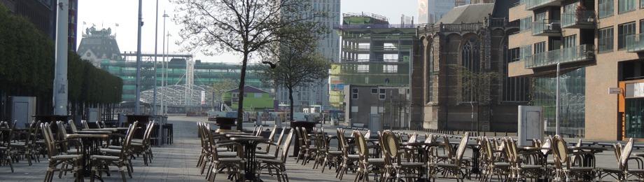 Terras met tafels en stoelen